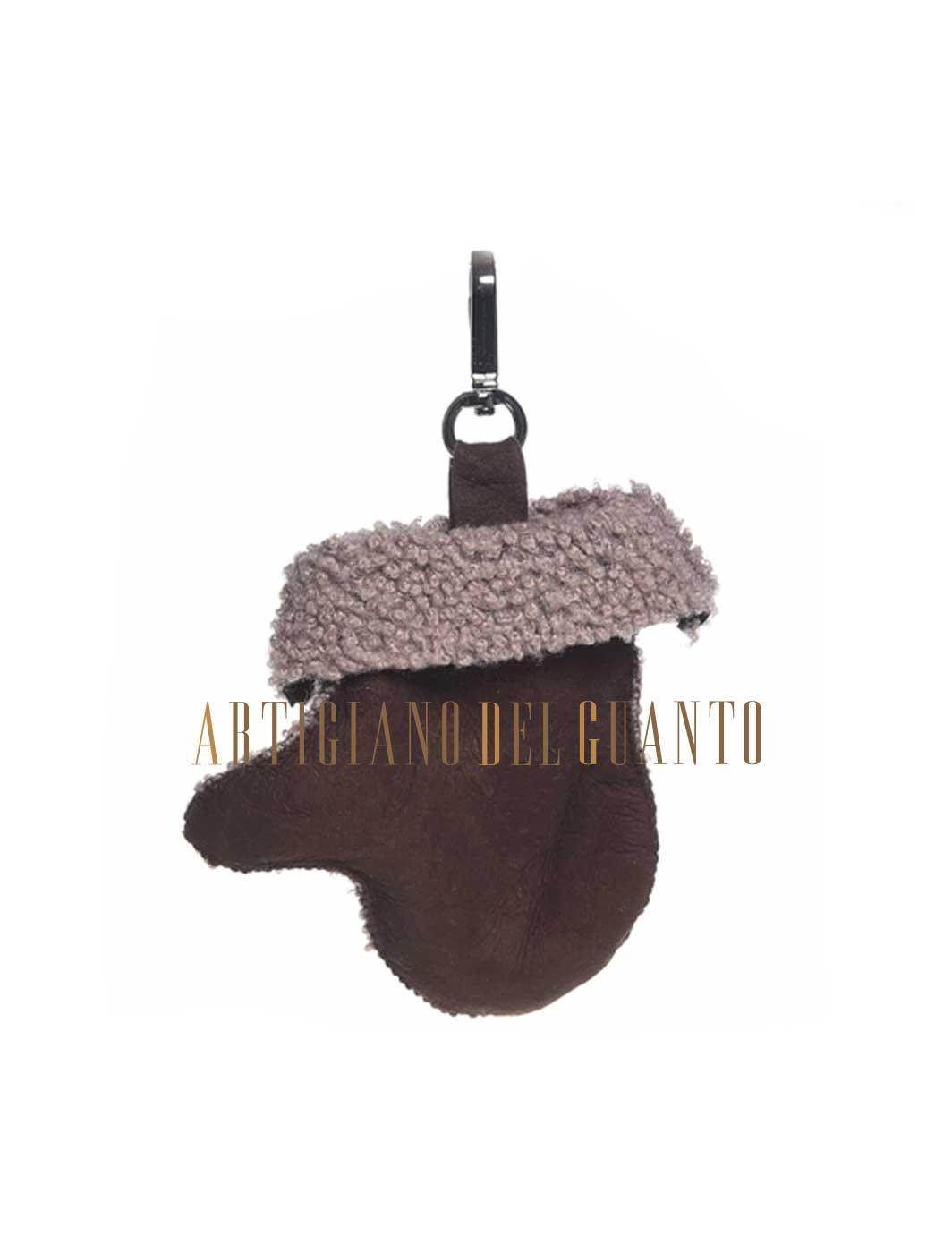 Simpatico portachiavi in pelle di Montone a forma di ''piccolo guanto'' realizzato a mano nei laboratori Artigiano Del Guanto.